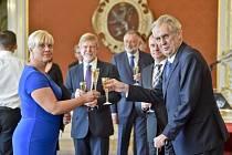 Prezident Miloš Zeman (vpravo) jmenoval 9. října 2018 na Pražském hradě Barbaru Pořízkovou do funkce místopředsedkyně Nejvyššího správního soudu (NSS). Druhý zleva na snímku je předseda NSS Michal Mazanec.
