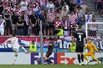 Španělský útočník Álvaro Morata střílí v prodloužení gól Chorvatsku.