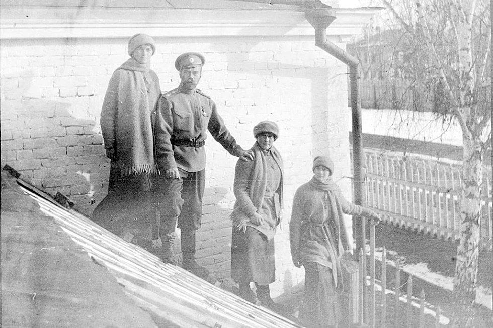 Mikuláš II. s dcerami Olgou, Anastázií a Taťánou (Tobolsk, zima 1917)