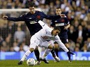 Slavia - Tottenham: Aaron Lennon (v modrém) se snaží probít slávistickou obranou.