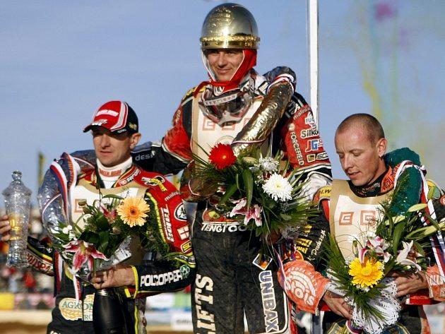 Stupně vítězů: Zlatá přilba zdobí hlavu dánského závodníka Hanse Andersena.