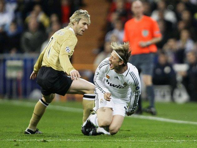 Záložník Juventusu Pavel Nedvěd fauluje Gutiho z Realu Madrid.