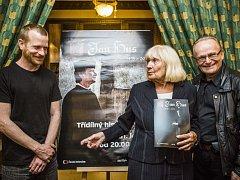 Režisér Jiří Svoboda (vpravo) představil 21. května v Praze historickou trilogii Jan Hus. Přítomni byli také představitel hlavní role, herec Matěj Hádek a autorka scénáře Eva Kantůrková.