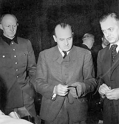 Alfred Jodl, Hans Frank a Alfred Rosenberg během Norimberského procesu