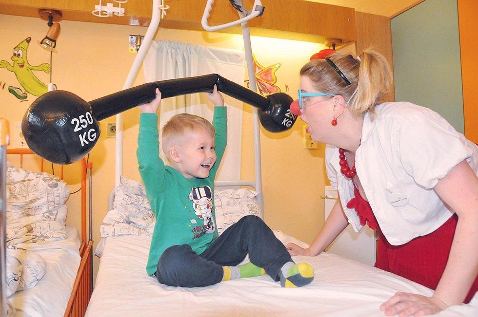 Dobročinná organizace Zdravotní klaun, o. p. s., má s nemocnicemi, domovy seniorů a hospici uzavřenu smlouvu a stanoven pevný harmonogram návštěv.