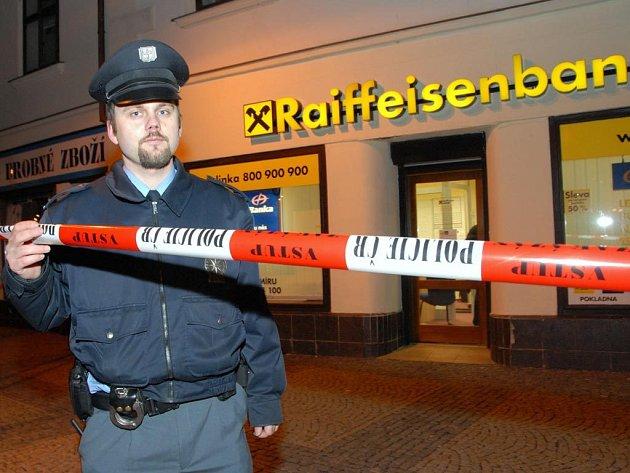 Snímky z okolí přepadené Raiffeisen banky.