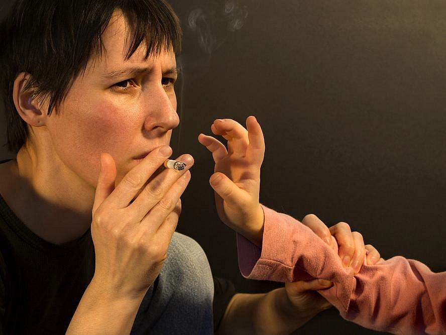 Pasivní kouření je příčinou desetiny dětských leukemií a také výrazně snižuje plicní funkce dítěte. Zhoršuje také příznaky u alergického astmatu, atopického ekzému a alergické rýmy.