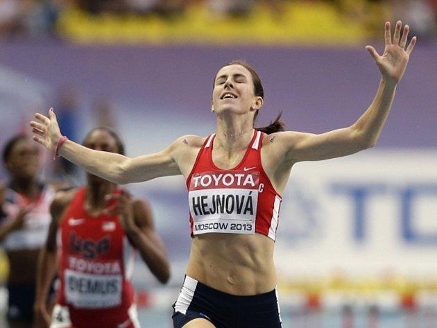 Nezapomenutelný okamžik. Překážkářka Zuzana Hejnová si doběhla pro světové zlato.