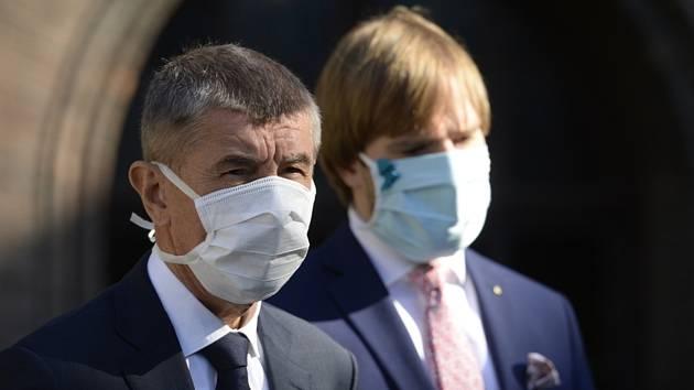 Zleva předseda vlády Andrej Babiš a ministr zdravotnictví Adam Vojtěch v rouškách