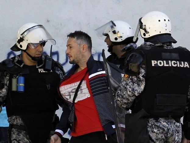 Policisté v Podgorici použili proti výtržníkům slzný plyn.
