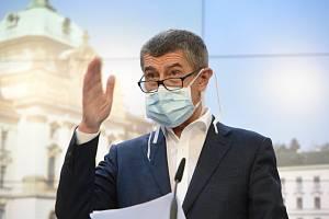 Premiér Andrej Babiš vystoupil 18. března 2020 v Praze s ochrannou rouškou na tiskové konferenci po mimořádném zasedání vlády k situaci kolem šíření nového typu koronaviru
