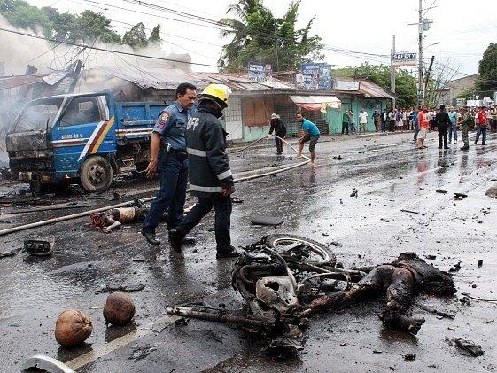 Výbuch bomby zabil nejméně osm lidí na jihu Filipín.