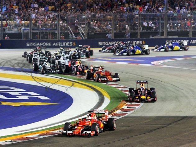 Sebastian Vettel v čele Velké ceny Singapuru.