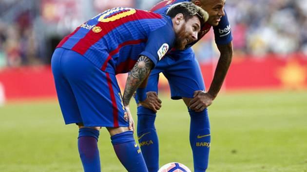 Kanonýři Barcelony Lionel Messi (vlevo) a Neymar.