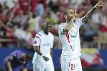 Aleix Vidal ze Sevilly se raduje z gólu proti Fiorentině.