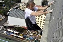 Francouzský lezec Alain Robert.