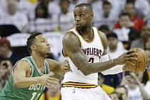 LeBron James z Clevelandu (vpravo) a  Evan Turner z Bostonu.