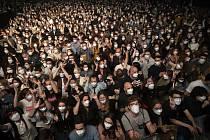Na 5000 fanoušků rockové hudby se v respirátorech zúčastnilo 27. března 2021 živého koncertu v Barceloně. Podmínkou účasti byl negativní test na covid