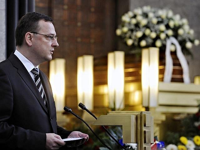 Premiér Petr Nečas při posledním rozloučení s hercem a bývalým ministrem kultury Martinem Štěpánkem, které se konalo 24. září 2010 v obřadní síni strašnického krematoria v Praze.