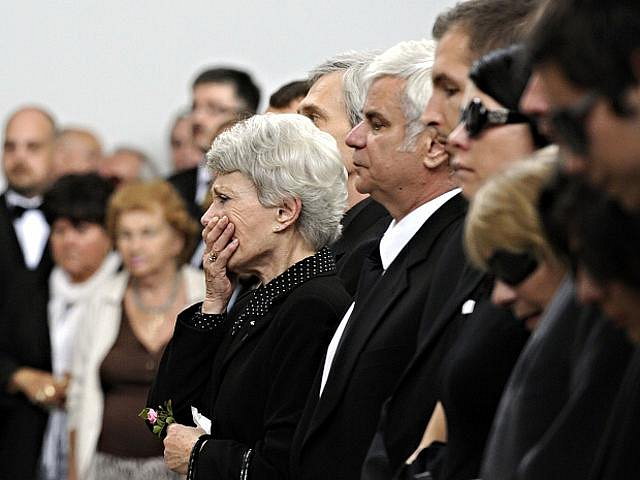 Sestra Jana a bratr Petr při posledním rozloučení s hercem a bývalým ministrem kultury Martinem Štěpánkem, které se konalo 24. září 2010 v obřadní síni strašnického krematoria v Praze.