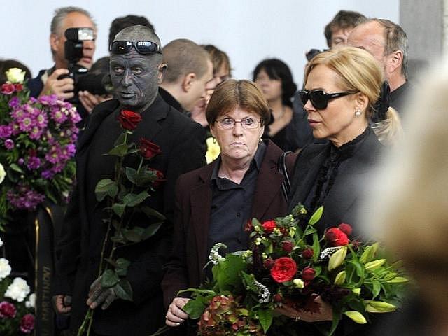 Herečka a manželka bývalého prezidenta Dagmar Havlová a výtvarník a hudební skladatel Vladimír Franc přicházejí k poslednímu rozloučení s hercem a bývalým ministrem kultury Martinem Štěpánkem, které se konalo 24. září 2010 v obřadní síni ve Strašnicích.
