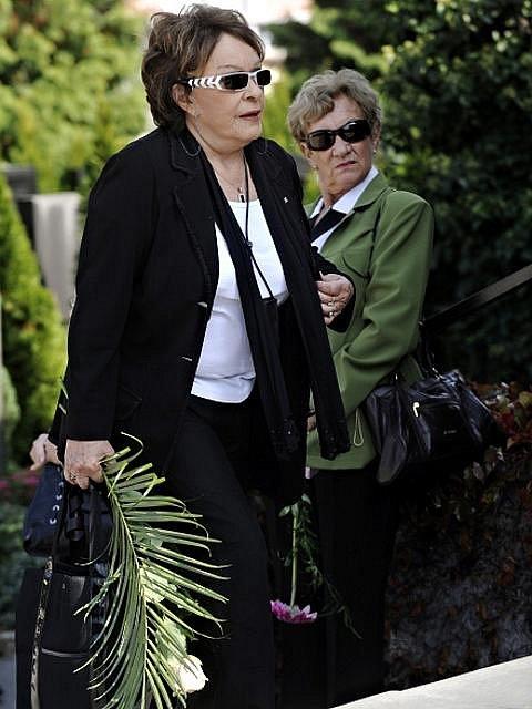 Herečka Jiřina Bohdalová přichází k poslednímu rozloučení s hercem a bývalým ministrem kultury Martinem Štěpánkem, které se konalo 24. září 2010 v obřadní síni strašnického krematoria v Praze.
