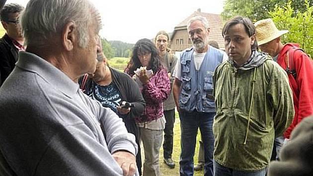 Aktivisté diskutují s ředitelem parku Janem Stráským