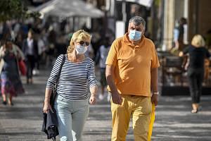 Muž se ženou v ochranných rouškách proti šíření koronaviru 17. září 2020 na pražském Václavském náměstí.