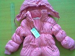 Na trhu se objevily nebezpečné dětské zimní bundy. Šňůry na stažení na kapuci představují vážné riziko pro děti.