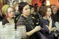 POSLUCHAČKY VYSOKÝCH ŠKOL pozorně sledují diskusi na včerejším semináři festivalu Ost–ra–var.