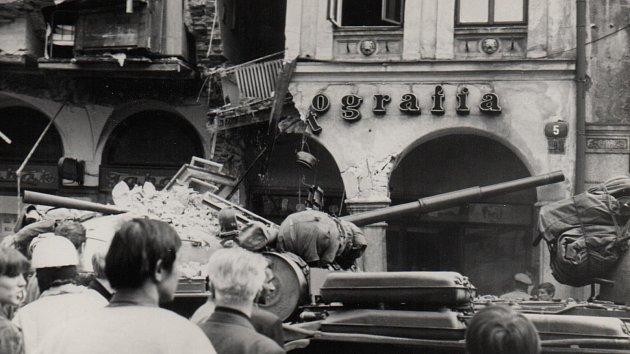 Fotografie zachycuje dům pobořený tankem č. 314.