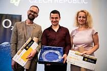 VÍTĚZOVÉ. František Brauner (vlevo) z Gymnázia Olomouc Hejčín (vlevo) skončil třetí, Tomáš Chrobák (uprostřed) ze ZŠ Baška u Frýdku-Místku první a Monika Olšáková ze ZŠ Janovice druhá.