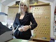 V tabáčnictví v Prachaticích musejí navíc rozlišovat několik sazeb DPH, o to je pro ně práce s elektronickou pokladnou složitější. Na snímku prodavačku Miroslava Buchtová.
