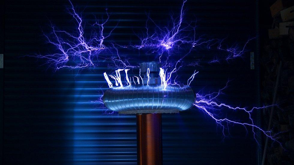 Je přenos elektřiny na dálku směrem, kterým se bude ubírat vývoj technologií?