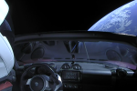 Start rakety Falcon Heavy. Záběr z kamery na elektromobil Tesla.