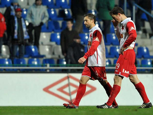 Zklamaní fotbalisté Slavie David Hubáček (vlevo) a Josef Kaufman po prohře s Boleslaví.