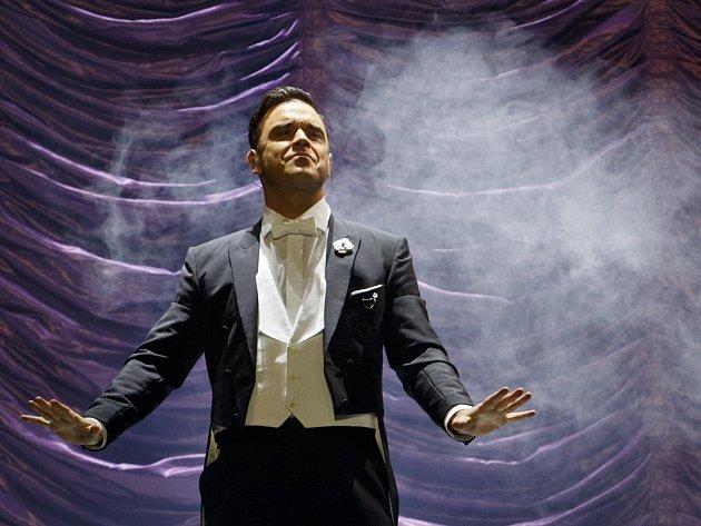 Britský zpěvák Robbie Williams vystoupil v rámci svého turné Swing Both Ways 26. dubna v pražské 02 Areně.