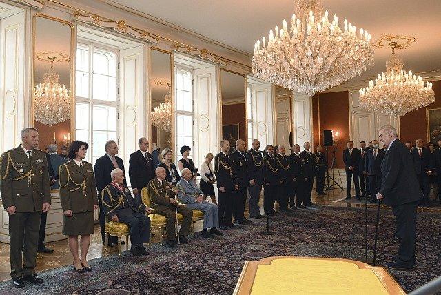 Prezident Miloš Zeman (vpravo) 8. května na Pražském hradě povýšil a jmenoval nové generály české armády, policie a hasičů. Mimo jiné Lenku Šmerdovou (druhá zleva), která se stala první generálkou české armády, a válečné veterány (sedící zleva) Emila Bočk