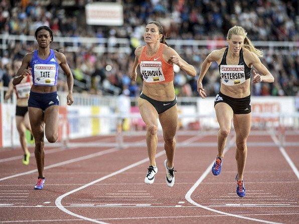 Zuzana Hejnová (uprostřed) v cíli závodu Diamantové ligy ve Stockholmu.