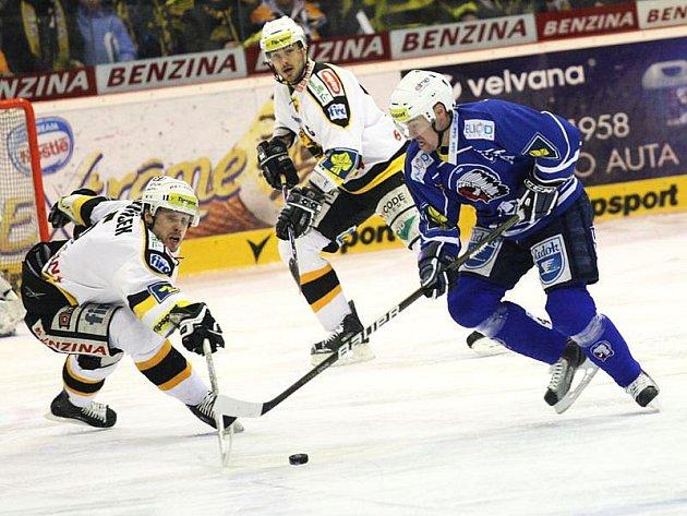 Hokejista Plzně Tomáš Vlasák se dere litvínovskou obranou.