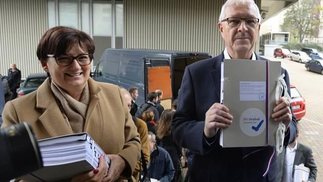 Jiří Drahoš odevzdává podpisy ke kandidatuře.