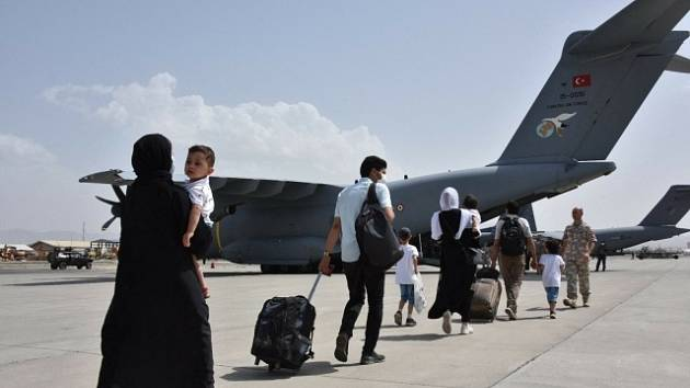 Evakuace Afghánců z letiště v Kábulu - ilustrační foto.