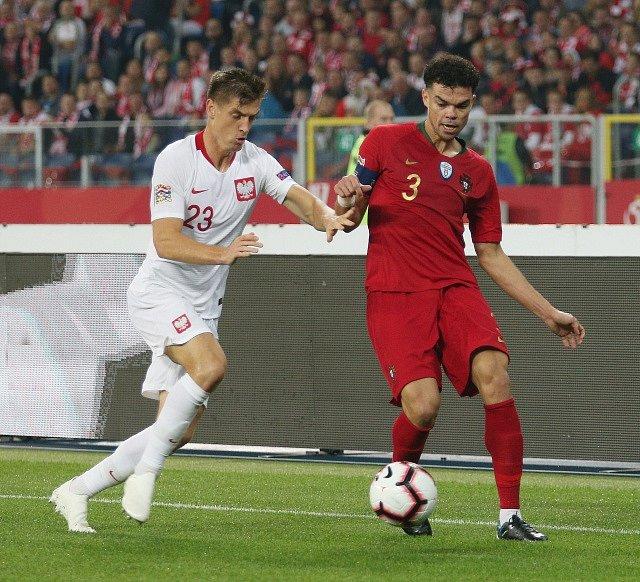 Krzysztof Piatek v souboji s portugalským obráncem Pepem.