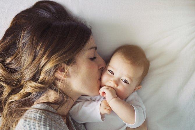Zákon maminkám nepřiznává zvláštní dávky jen proto, že na péči o dítě zůstaly samy.