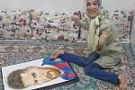 Handicapovaná Fatemeh maluje portréty nohama.