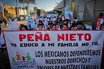 Desítky tisíc lidí v celém Mexiku v sobotu protestovaly proti sňatkům homosexuálů.