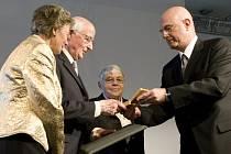 Izraelský velvyslanec Ilan Mor (vpravo) předává v Berlíně vyznamenání od Jad Vašem dětem německého důstojníka Wilhelma Hosenfelda za záchranu dvou Židů během druhé světové války.