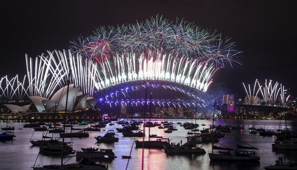 Novoroční ohňostroj se uskutečnil také v australském Sydney. Byl však o sedm minut kratší a okolní nábřeží zůstala prázdná.