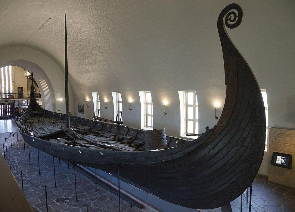 Dochovaná obchodní loď Vikingů z Osebergu, uložená v Muzeu vikingských lodí v Oslo