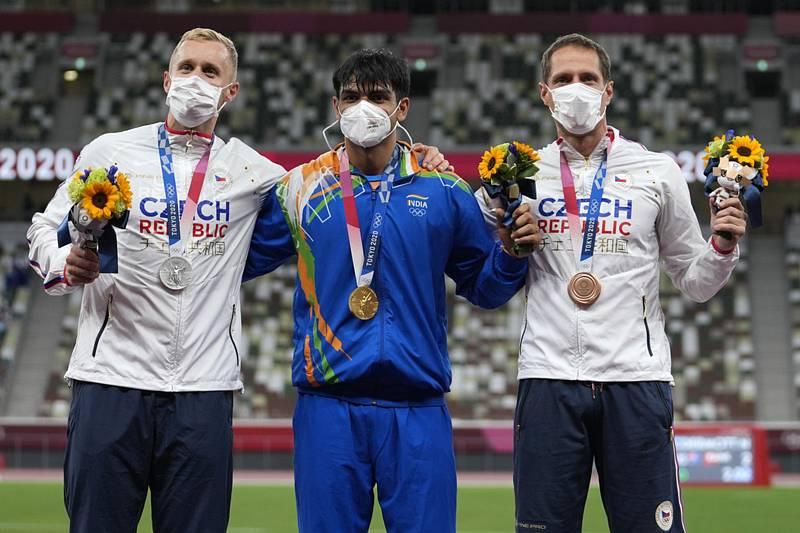 Zleva stříbrný oštěpař Jakub Vadlejch z Česka, Níradž Čopra z Indie a Vítězslav Veselý z Česka.